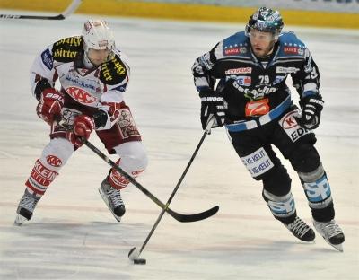 eishockey-black-wings-linz-vs-kac-22.03.2013-gregor-baumgartner-vs-raphael-herburger.jpg